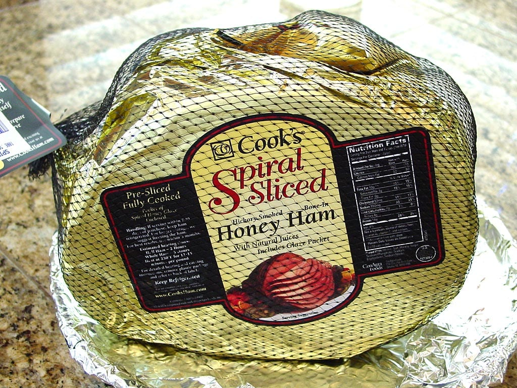 Spiral-sliced ham in packaging