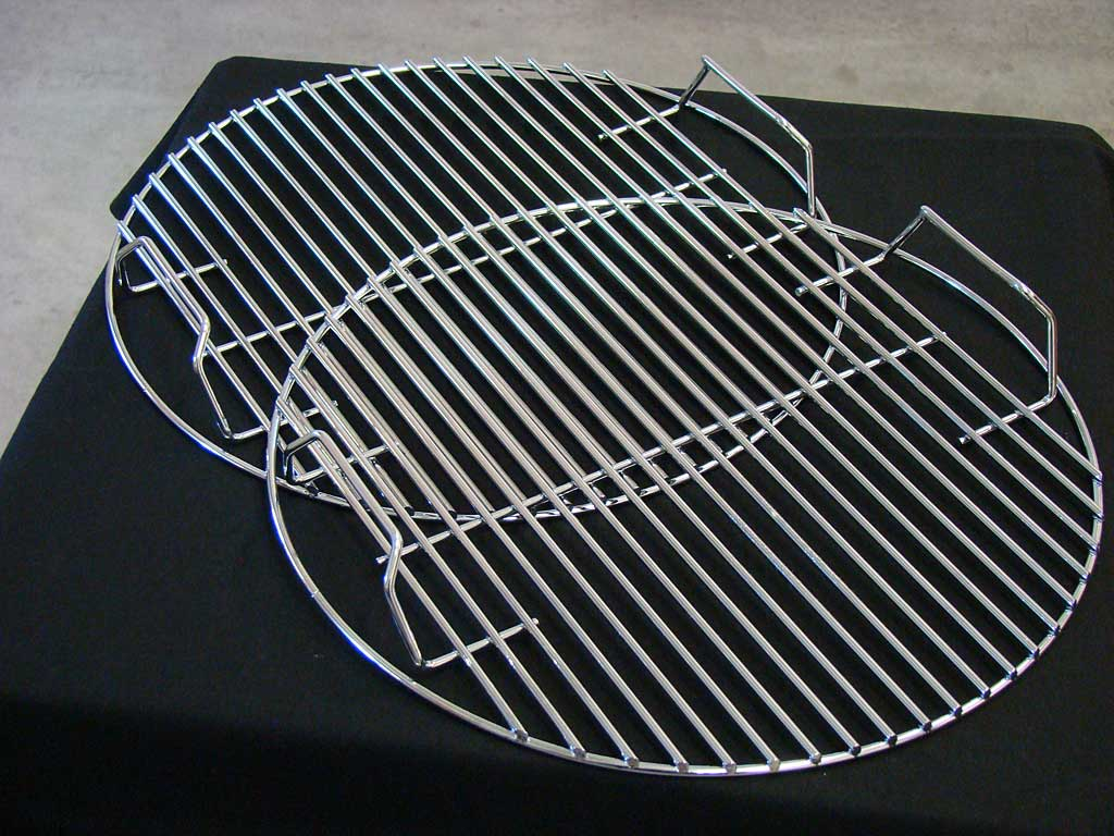 Handles on both top and bottom cooking grates