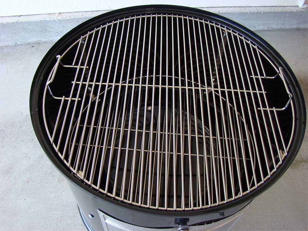 Top cooking grate inside middle cooking section