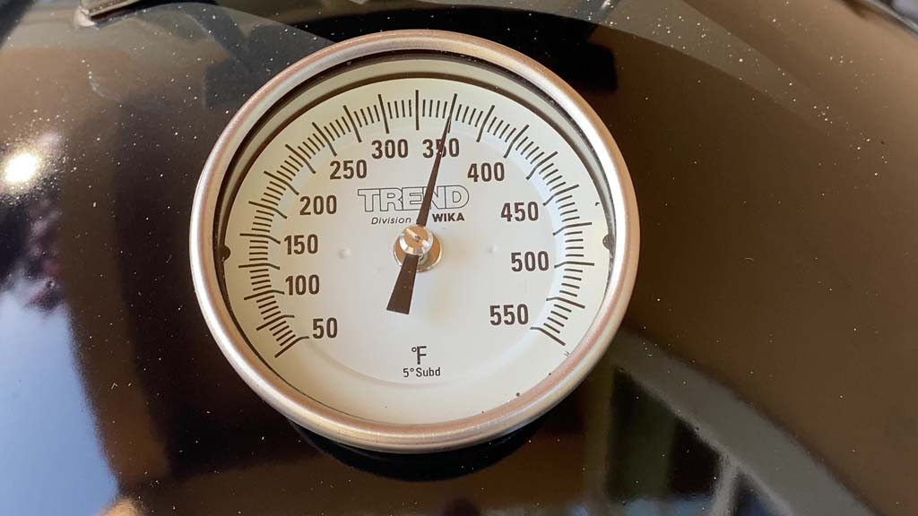 Lid thermometer registering 350F